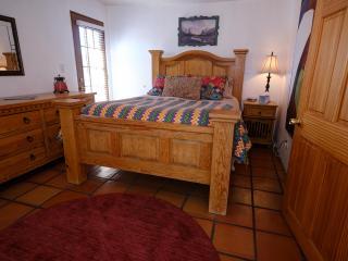 Masterbedroom with queen bed